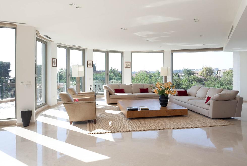 עיצוב מינימליסטי של התקרה מאפשר התמקדות בנוף