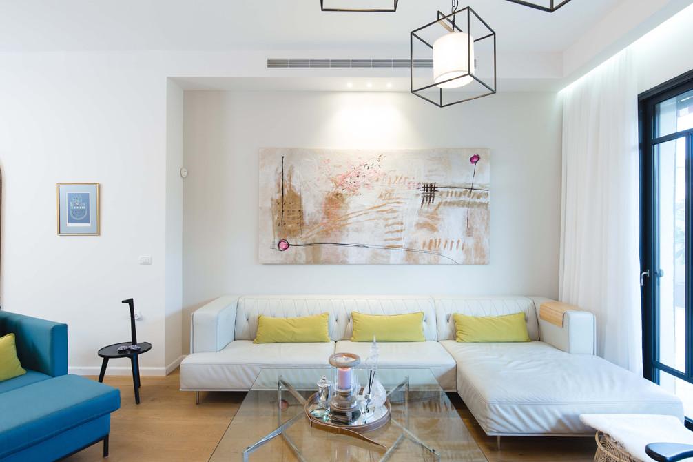 שולחן הזכוכית, התמונה הגדולה מעל הספה ומראת העץ המקושטת הם הפריטים היחידים אשר הובאו מהדירה הקודמת של בני הבית