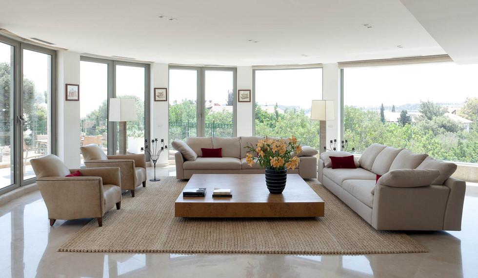 שימוש בשטיח קש ענק התוחם את הסלון. הכל מרחף בחלל, אין רהיט המוצמד לקיר