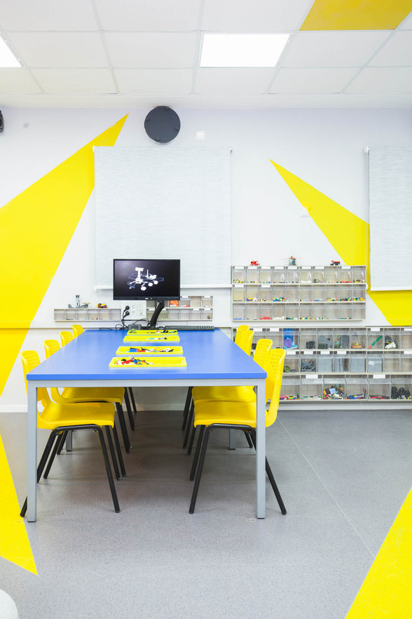 שולחן בנייה בלגו המאפשר פינת ישיבה וחשיבה בצוות