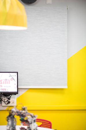 משחק של צבע בין הקיר לאהיל, ברגע וילון גלילה אפור