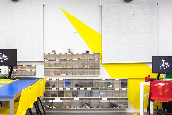 משחק צורני על קירות החדר, צורת החיצים נבחרה על מנת להדגיש פינות ייחודיות, ולבטל אחרות