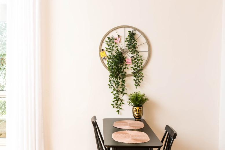 לא רק תמונות. קישוט קיר שיצרנו מגלגל ישן וצמחיה מלאכותית