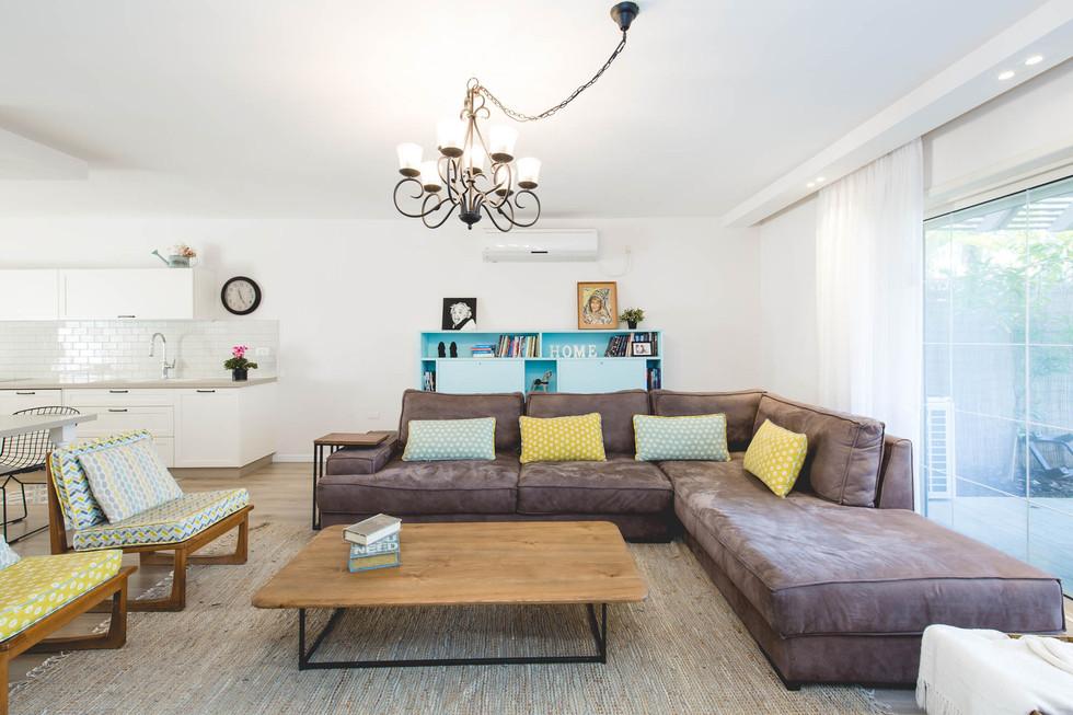 הסלון החדש, משתלב עם רהיטי הוינטג' של דיירי הבית