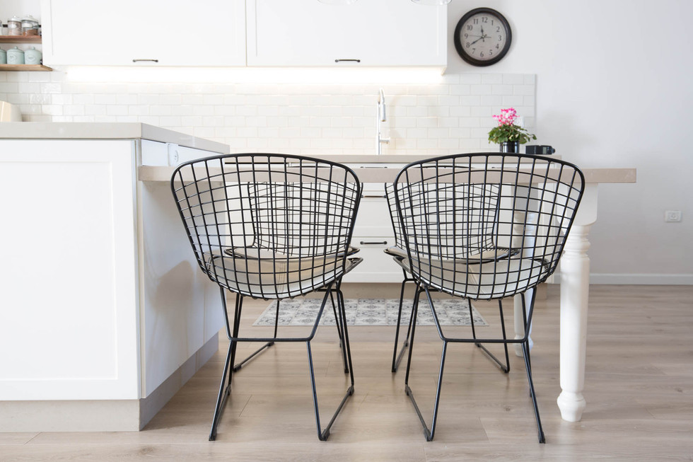 כיסאות רשת מברזל במטבח