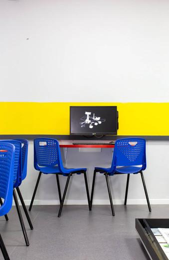 פינת עבודה זוגית, המשלבת תא לאחסון הרובוט והשלט, המחשב תלוי על הקיר על מנת להשאיר את המשטח פנוי לעבודת התכנות