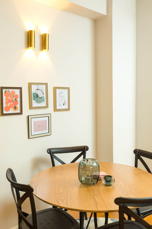פינת אוכל קלה אשר ניתנת להזזה ולהעברה בקלות במטרה לאפשר לפתוח שולחן גדול בעת אירוח