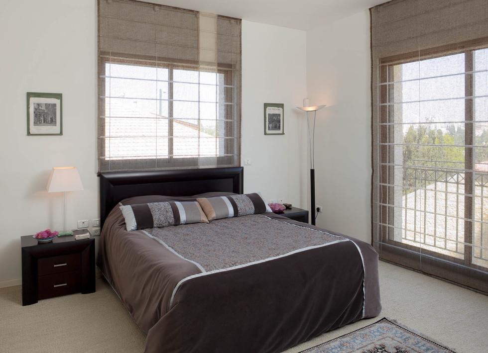 """חדר שינה אורחים, הרצפה מחופה שטיח מקיר לקיר, כיסויי מיטה איכותיים היובאו מחו""""ל."""