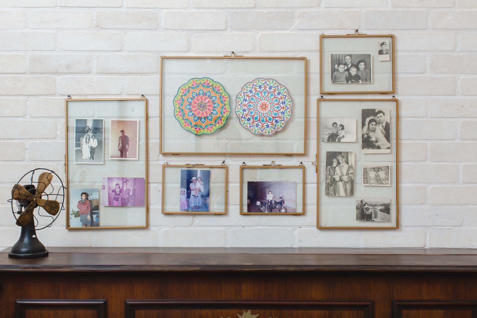 במבואת הכניסה ניצב פסנתר עתיק, עליו מנגנת בעלת הבית, מעליו תלויים תצלומים ישנים של בני הבית ויצירות של בעלת הבית