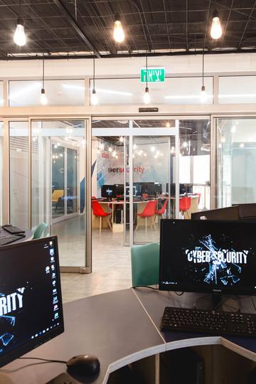 מבט אל חלל ההגנה מחדר ההתקפה, מחיצות הזכוכית שומרות על קשר ותחרותיות בין הקבוצות