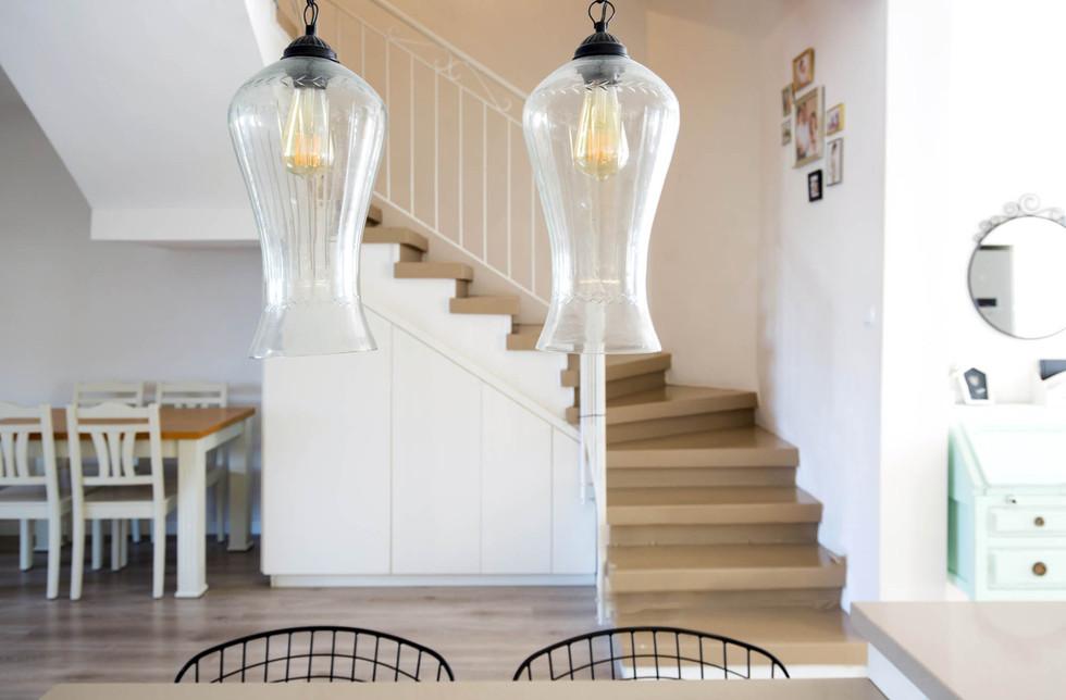 מבט מן המטבח אל גרם המדרגות
