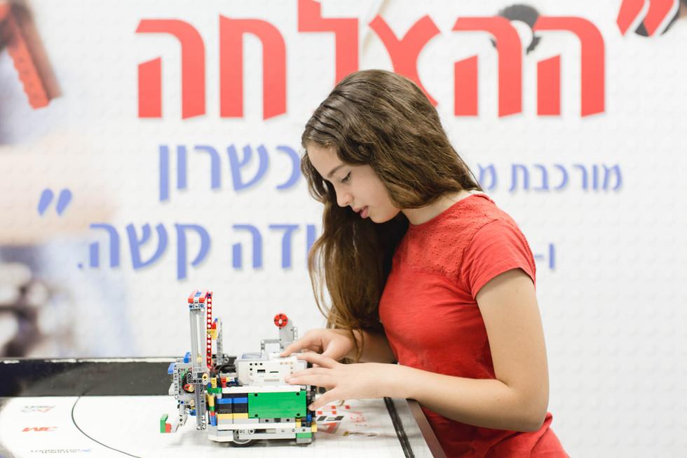 שולחן ייעודי לבניית הרובוטים