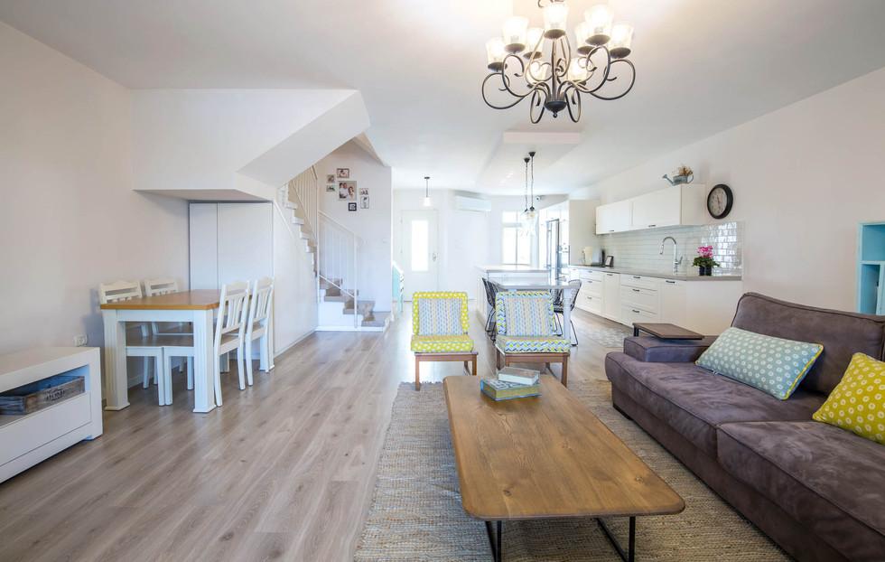 מבט מן הסלון אל המטבח