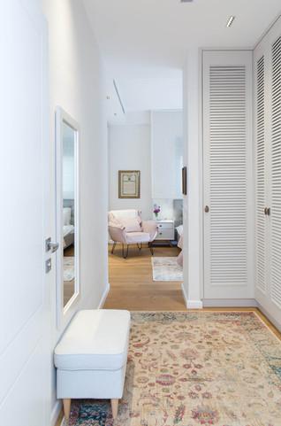 מבואת כניסה לחדר המאסטר המשמשת כחדר ארונות עם שלבי תריס המאווררים את הנעליים המאוחסנות בפנים