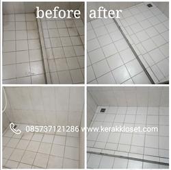 membersihkan keramik kamar mandi