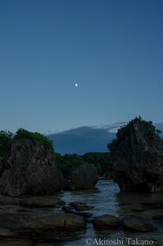 八重山の月