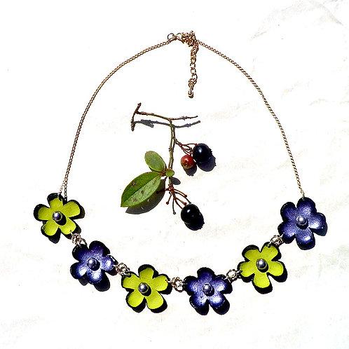 ポピーズ6E:すみれ色・若草色の小花の首飾り