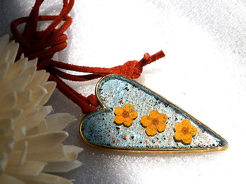 押し花のペンダント 水色のハート