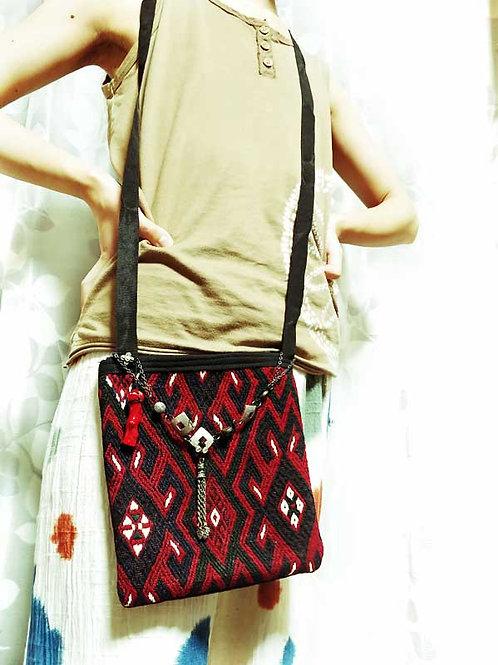 キリムサコッシュ・ベレケット赤x黒・サンゴ飾りミニショルダーバッグ