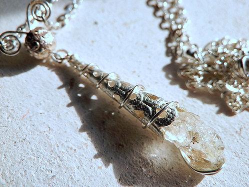 蛍光する水晶・オイルクオーツ マジカルドロップネックレス原石スタイル