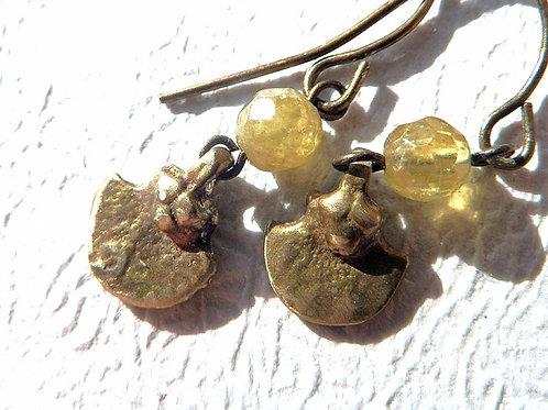 グリーンガーネットとオリッサの真鍮の小さなピアス
