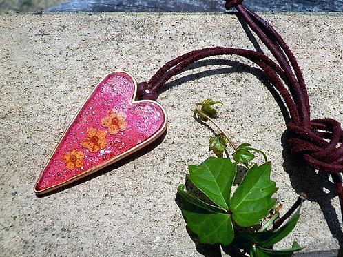 押し花のペンダント 赤いハート