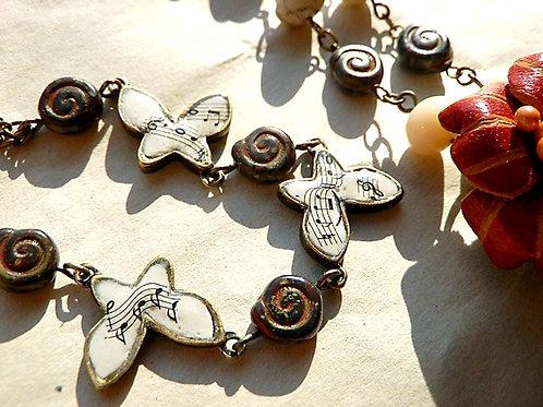 歌う蝶のチョーカー