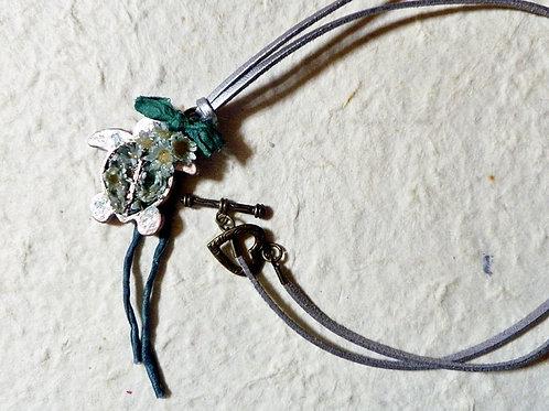 【ホヌ ネックレス】花の亀 花飾りの海亀のペンダント