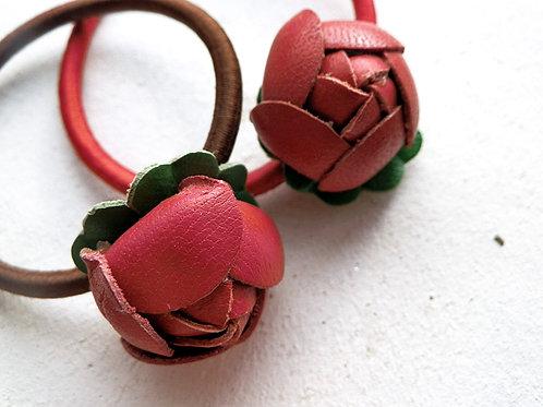 まんまる赤いバラのつぼみのヘアゴム