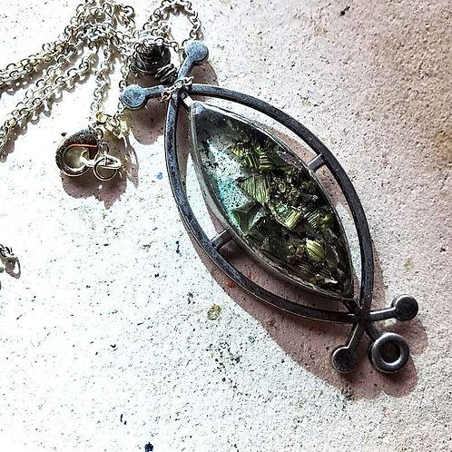 ルーンベゼルとビスマス結晶のペンダント