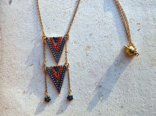 70'sBOHOスタイル・Zola elementを使った赤と青の三角のネックレス
