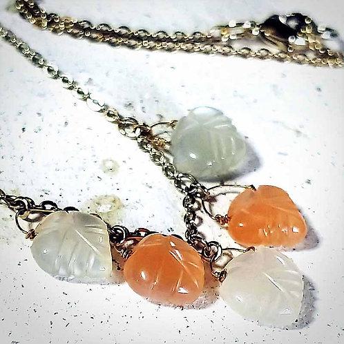 ホワイト&オレンジムーンストーンネックレス~小さな葉っぱ