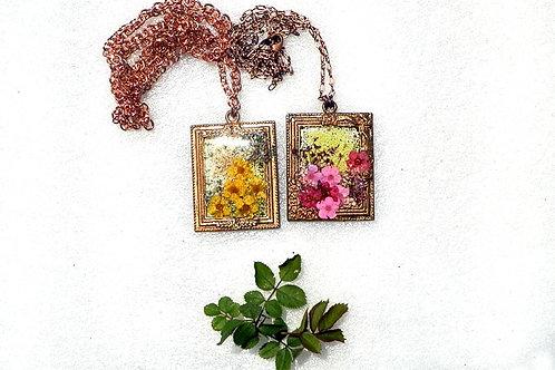 押し花の額のペンダント2種