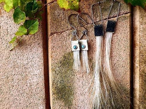 E206 お守りアイテム・馬の毛のピアス2種