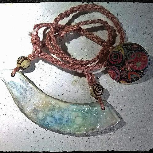 木の粘土でできた鳥のペンダント*虹色オパール