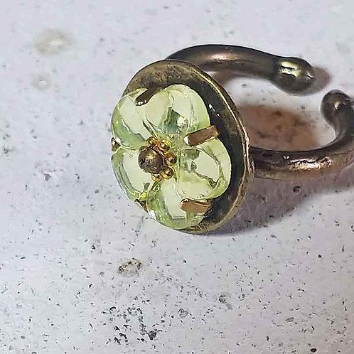 花のウランガラスリング
