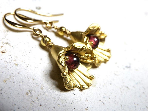 ガーネットのピアス~金のフリルの花