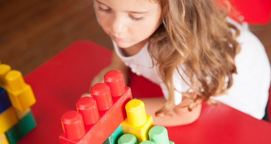 lovely-girl-playing-with-blocks_HjUGTqCU
