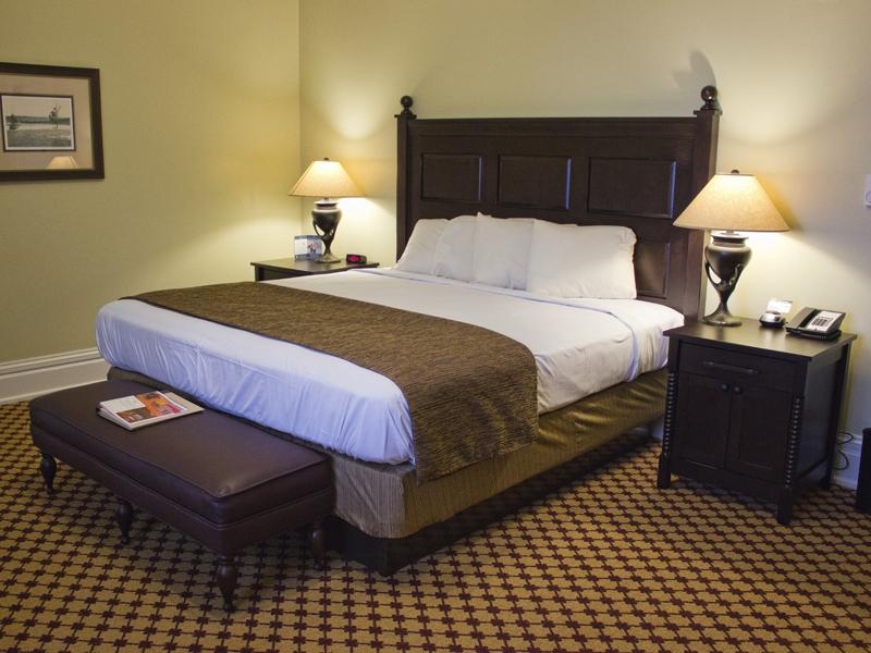 lake-yellowstone-hotel-king-room-01