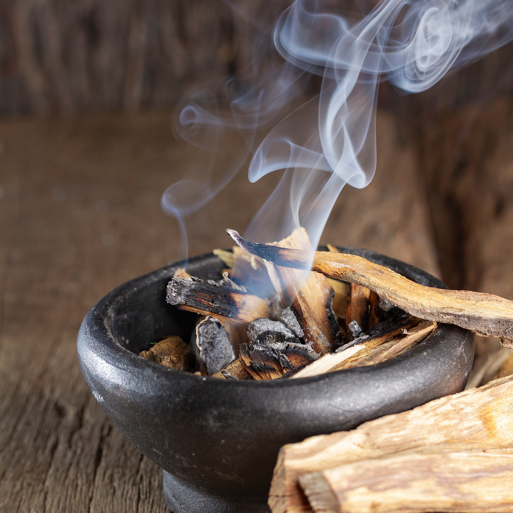 Le bois du Palo Santo produit une agréable odeur d'arôme boisé.