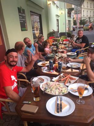 Family Fast Food - Posezení venku