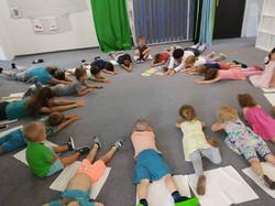 Cvičíme jógu na ranním kroužku