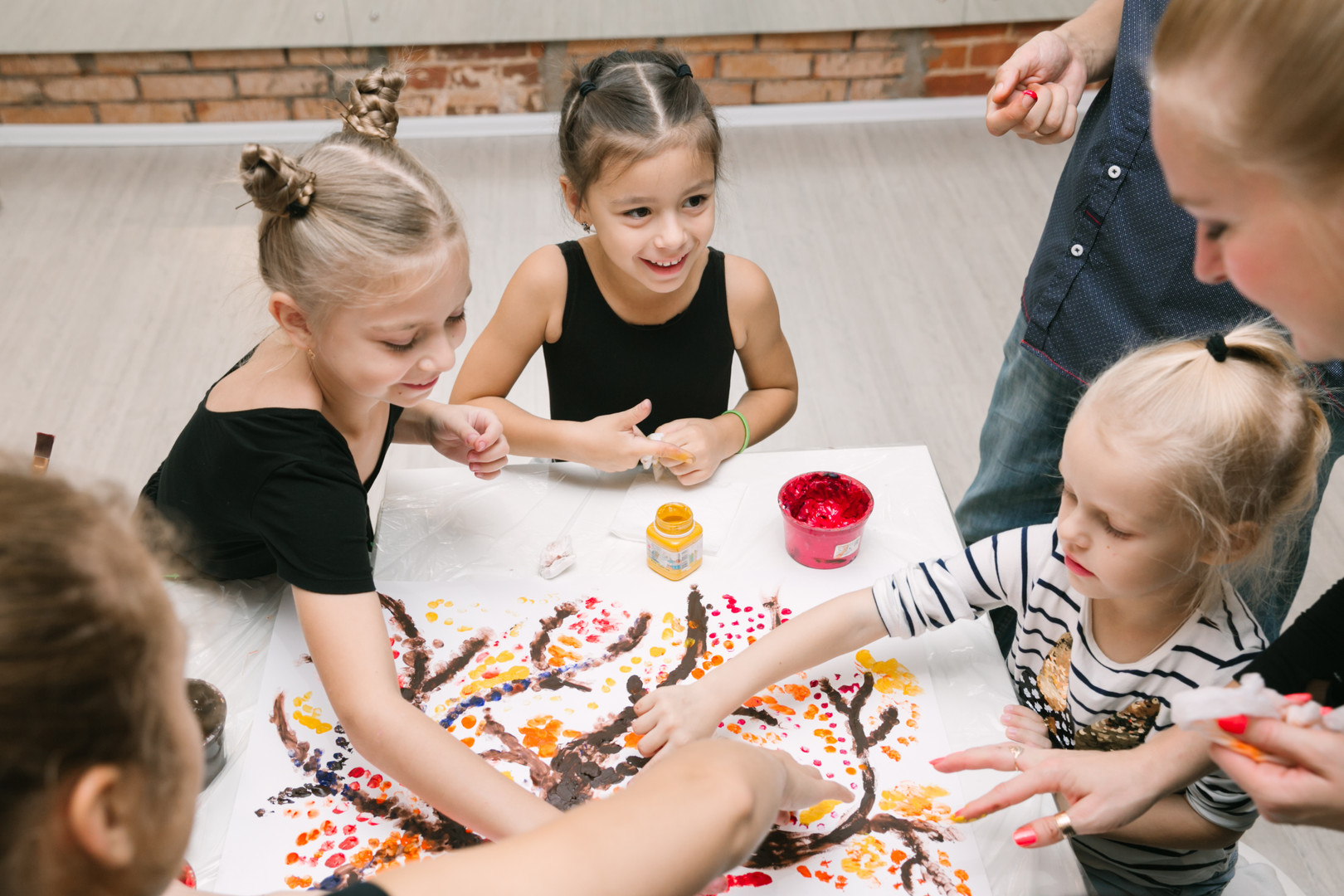 дети на живописи рисуют пальцами