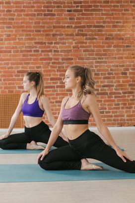 девушки на занятии stretching