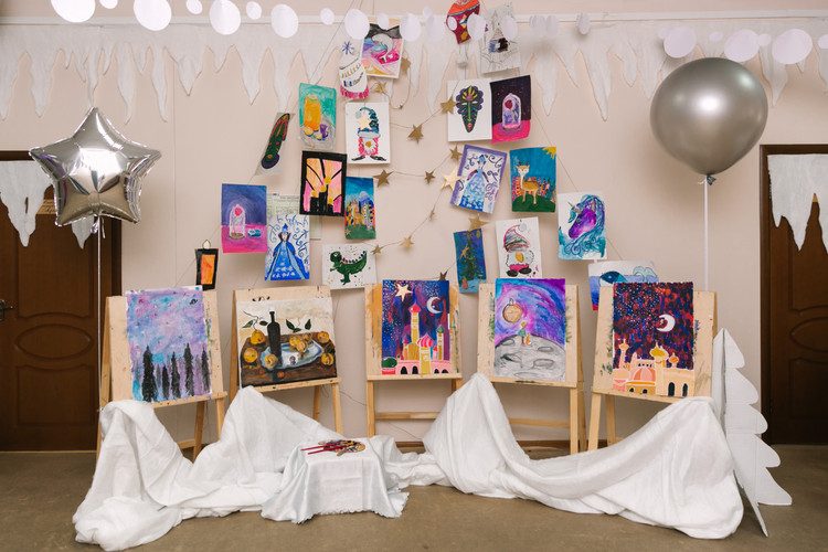 стенд с рисунками детей