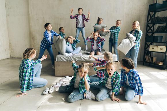 Дети фотографируются с подушками на кровати