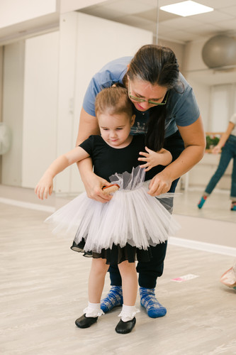 девочке надели балетную юбочку