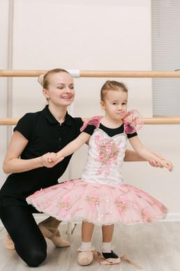 девочке примеряют балетную пачку и пуанты