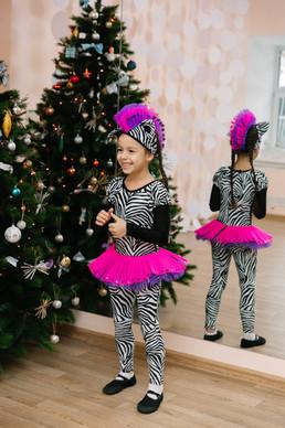 девочка в костюме зебры