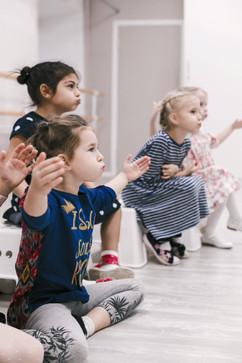 Малыши на занятии по вокалу делают дыхательные упражнения